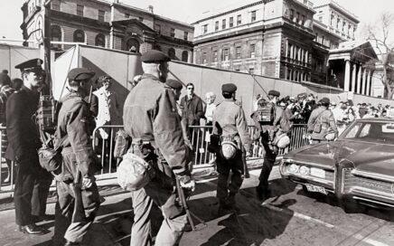 Des soldats se déploient dans les rues de Montréal en octobre 1970